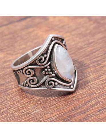 moonstone-vintage-ring-white-chakra-protective-gemstone-jewelry-wood-background-hihoney-hr028